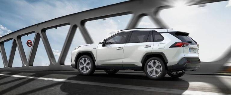 Suzuki Across Hybrid mit Verkehrszeichenerkennung