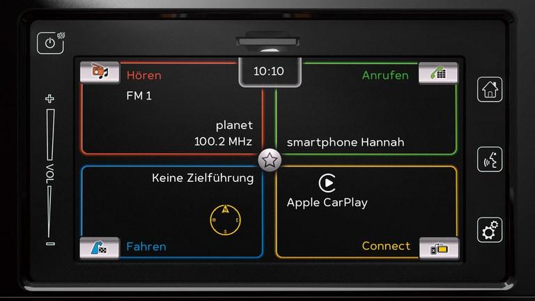 Detailaufnahme des Audiodisplays eines Suzuki Vitara Hybrid.