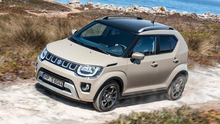Suzuki Ignis Hybrid in Caravan Ivory Pearl Metallic fährt im Gelände.