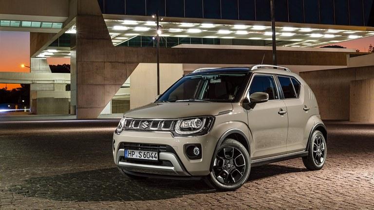 Suzuki Ignis Hybrid in Caravan Ivory Pearl Metallic parkt im Parkhaus.