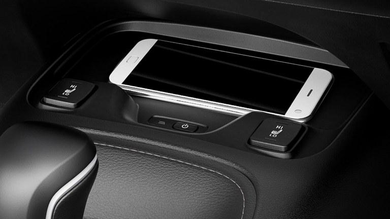 Detailaufnahme des Audiodisplays eines Suzuki Swace Hybrid.