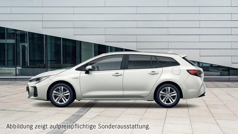 Von der Seite fotografierter Suzuki Swace Hybrid in White Pearl Metallic