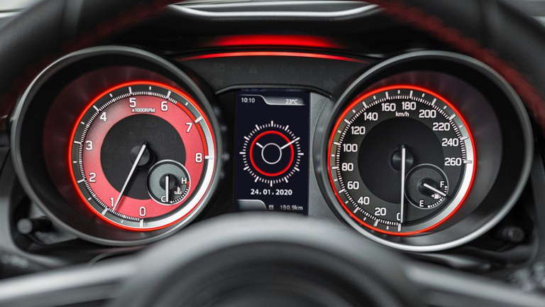 Multifunktionsdisplay im Suzuki Swift Sport Hybrid.