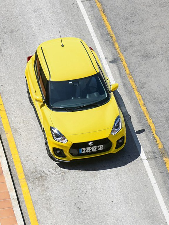 Ein von oben fotografierter Suzuki Swift Sport Hybrid in Champion Yellow.