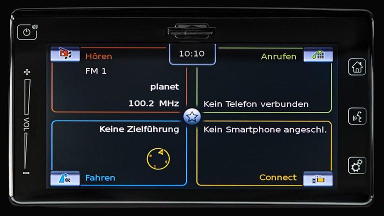 Detailaufnahme des Audiodisplays eines Suzuki Swift Hybrid.