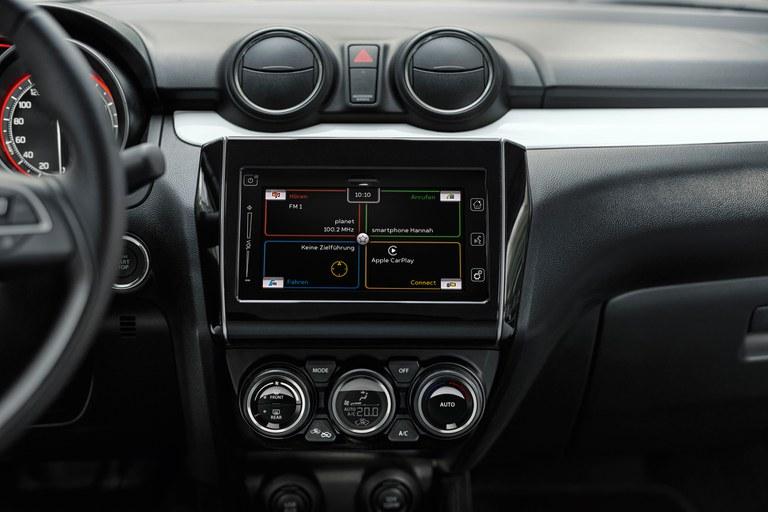 Detailaufnahme des Dashboards eines Suzuki Swift Hybrid.