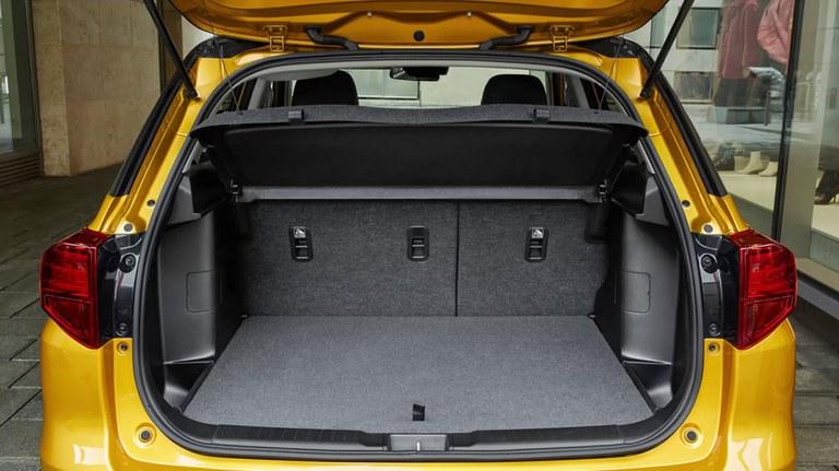 Schwarzer, geöffneter Gepäckraum eines Suzuki Vitara Hybrid in Solar Yellow Pearl Metallic