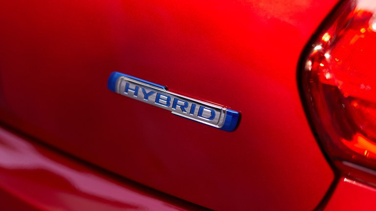 Hybrid Logo auf dem Heck des Suzuki Swift Hybrid in Red Pearl Metallic.
