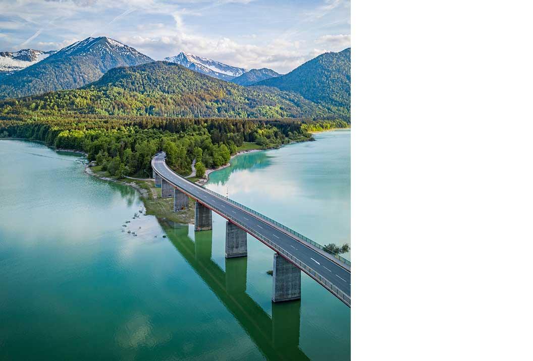 Leere Brücke in einer Berglanschaft.