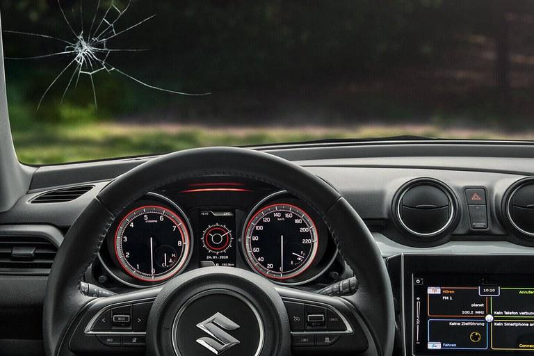 Innenraum eines Suzuki Hybrid Modells, die Scheibe hat einen Steinschlag.