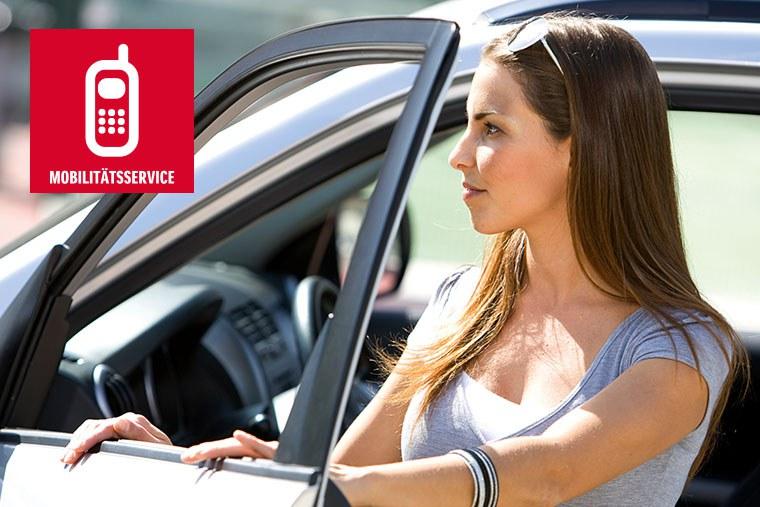 Eine Frau sitzt in einem Suzuki Hybrid Modell, daneben ein Schriftzug mit Mobilitätsservice sowie einem Smartphone Icon.