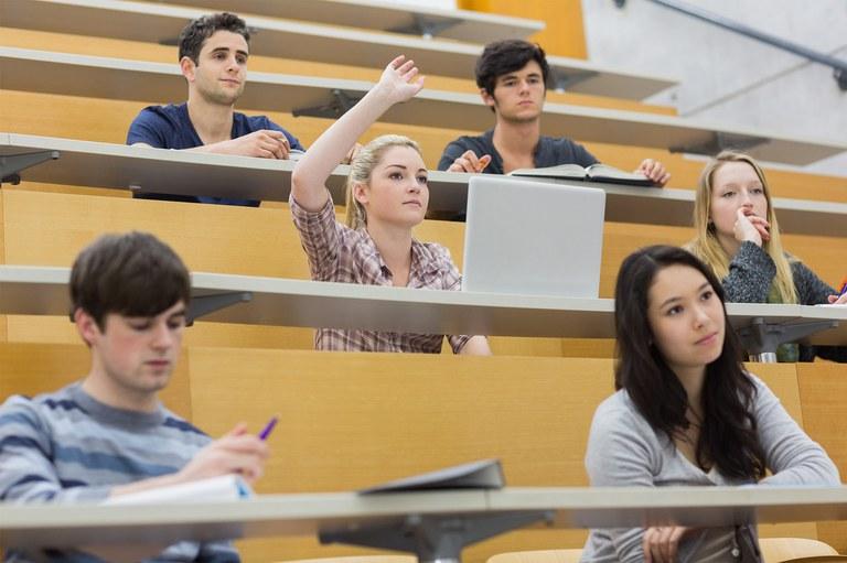 Klicken Sie hier undGruppe von Studenten sitzt im Hörsaal. waehlen dann den Bild-Knopf in der Menueleiste, um ein Bild einzufuegen.